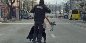 Cadde üzerinde uygulama yapan polis ekiplerinin bulunduğu noktaya doğru çıplak halde koşan bir kadın ortalığı ayağa kaldırdı.bakın o kişi kim çıktı(DEVAM İÇİM İLERİ TIKLAYINIZ)
